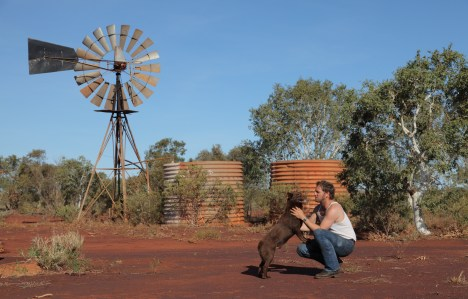 Josh Lucas and Koko in Red Dog